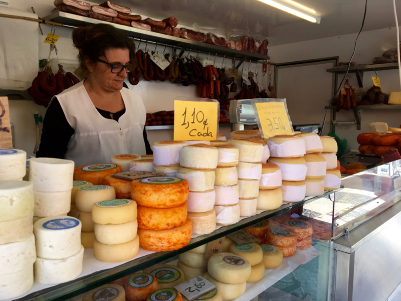 Caldas da Rainha fruit market cheeses